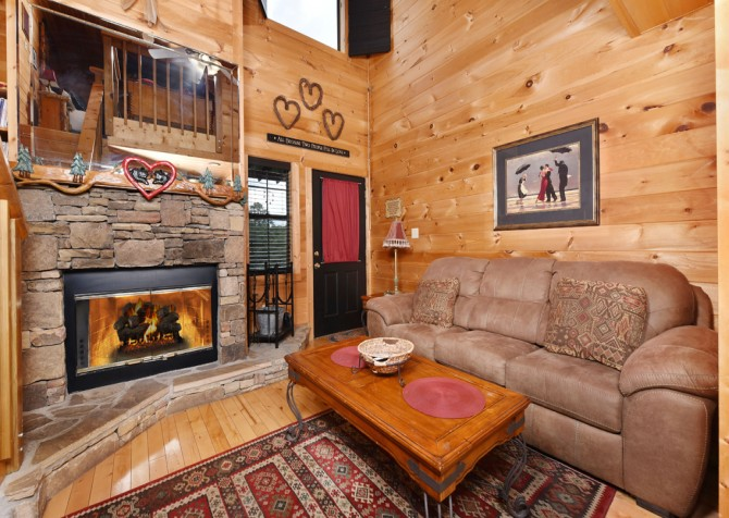 Pigeon Forge Cabin- Mountain Romance – Living Room