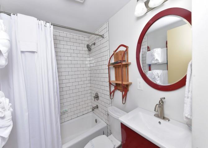 Gatlinburg Cabin - The Raven's Nest - Bathroom