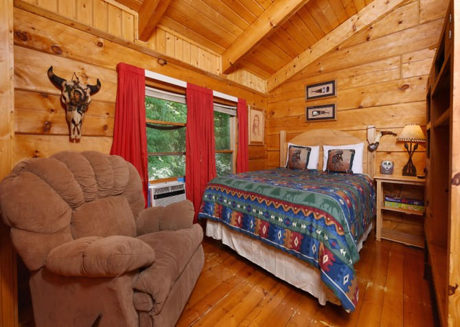 Pigeon Forge - Holden On - Bedroom