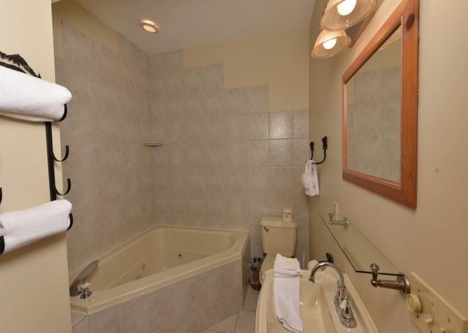 Gatlinburg Cabin - Eagle's Nest - Bathroom