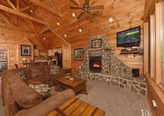 Gatlinburg Cabin - Eagle's Nest - Living Room