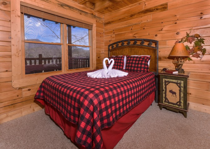 Pigeon Forge Cabin- Papa Bear Lodge – Bedroom