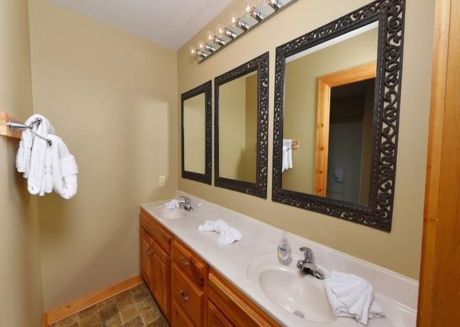 Pigeon Forge Cabin - Crestview Lodge - Bathroom