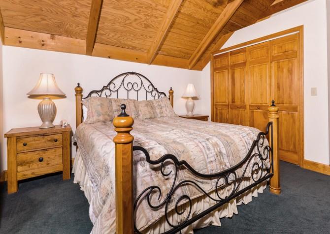 pigeon forge cabin – boone docks – bedroom