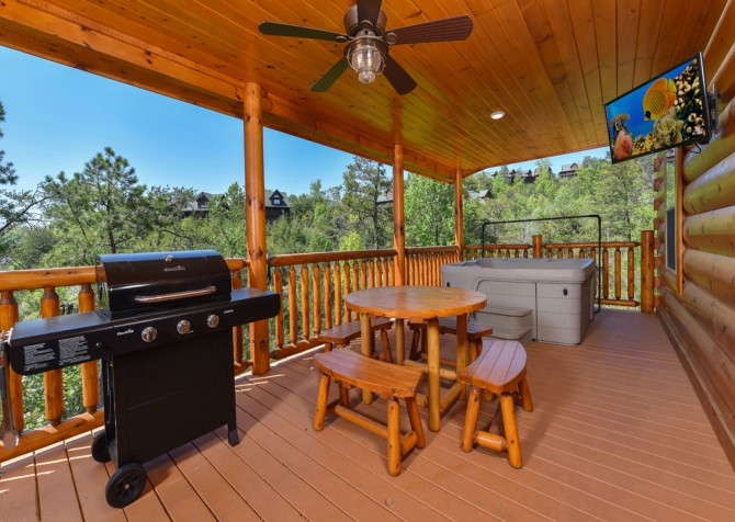 Pigeon Forge Cabin - Grizzly Getaway - Deck Dining/Grill