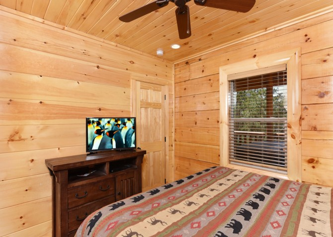 Pigeon Forge Cabin - Grizzly Getaway - Bedroom