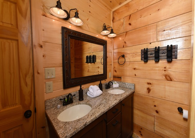 Pigeon Forge Cabin - Grizzly Getaway - Bathroom