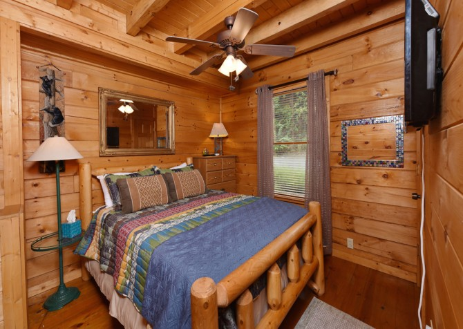 Pigeon Forge Cabin- A Li'l Bit of Heaven – Bedroom