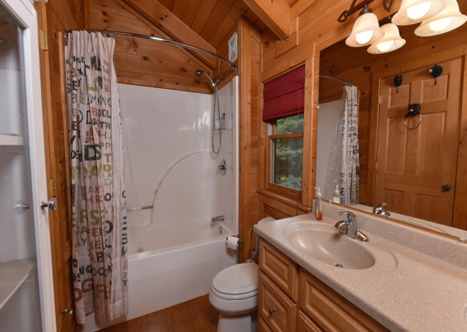 Pigeon Forge Cabin- A Li'l Bit of Heaven – Bathroom