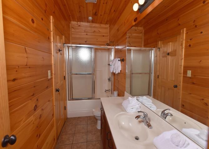 Gatlinburg Cabin- The Best Cabin Ever - Bathroom