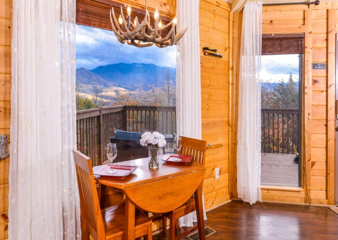 Gatlinburg Cabin- Apparent Seclusion– Dining Area