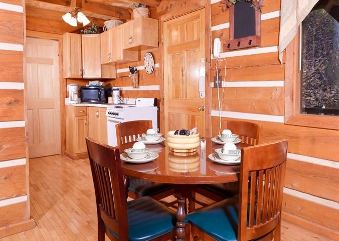 Gatlinburg Cabin -Auntie Sue's Cabin – Dining Area