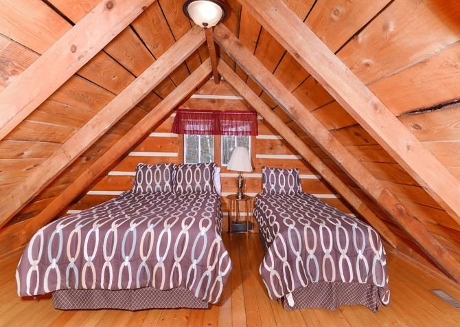 Gatlinburg Cabin -Auntie Sue's Cabin – Loft Bedroom