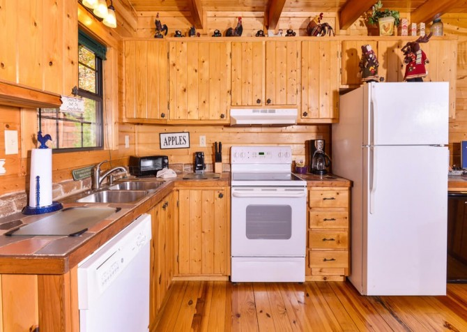 Pigeon Forge Cabin- Almost Bearadise - Kitchen