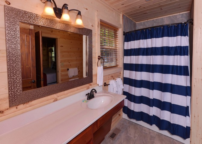 Pigeon Forge Cabin- Along The Right Path – Bathroom