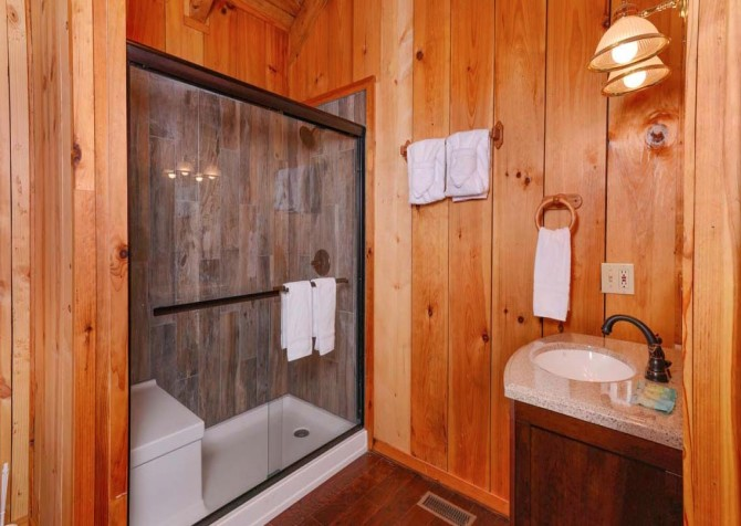 Pigeon Forge Cabin- American Charm – Bathroom
