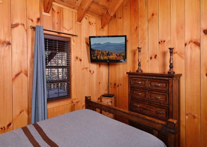 Pigeon Forge Cabin- American Charm – Bedroom