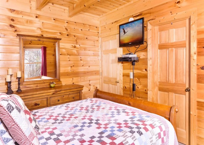 Pigeon Forge Cabin- American Eagle – Bedroom 2