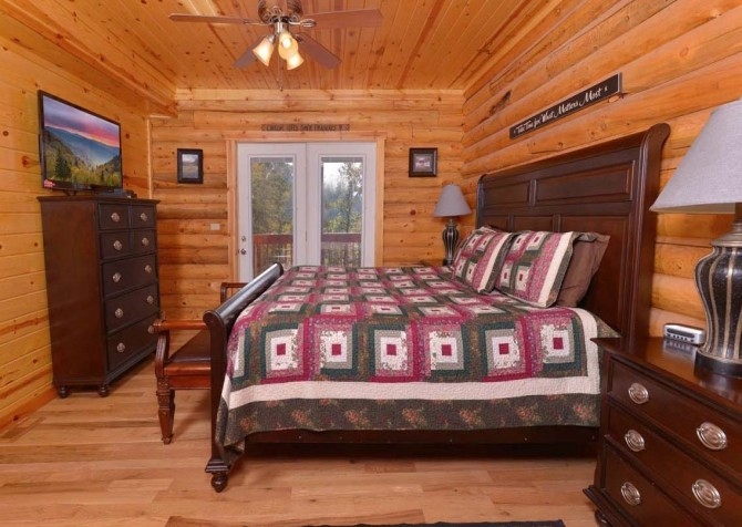 Pigeon Forge Cabin- Applewood Manor – Bedroom 2