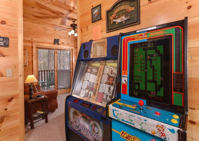 Pigeon Forge Cabin -Awesome Getaway and a Theater – Arcade Game - Jukebox
