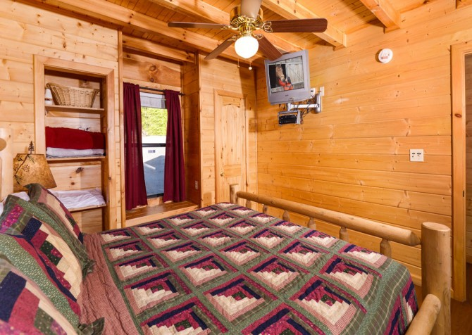 Pigeon Forge - A Bearz Haven - Bedroom 1