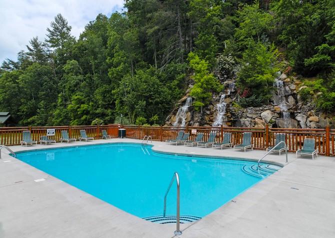 Pigeon Forge Cabin - Grizzly Getaway - Bear Creek Crossing Resort Pool