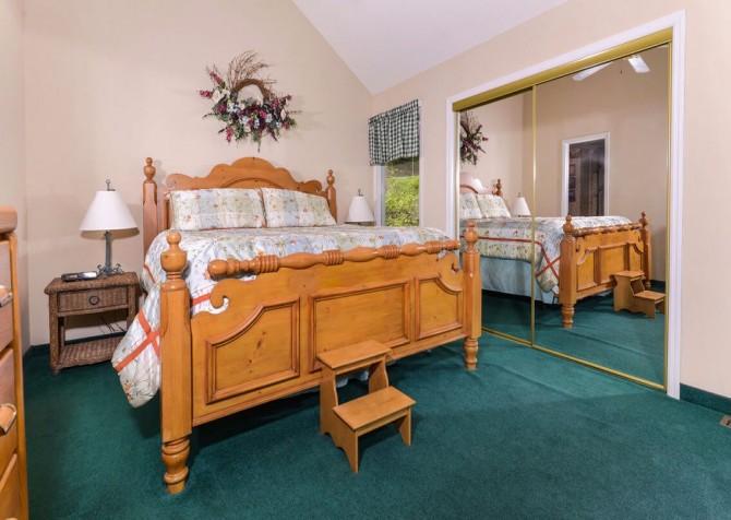 Gatlinburg Cabin - Bear Hugs - Bedroom