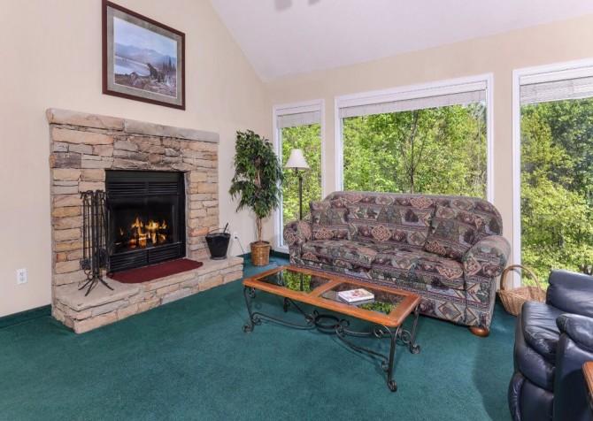 Gatlinburg Cabin - Bear Hugs - Living Room