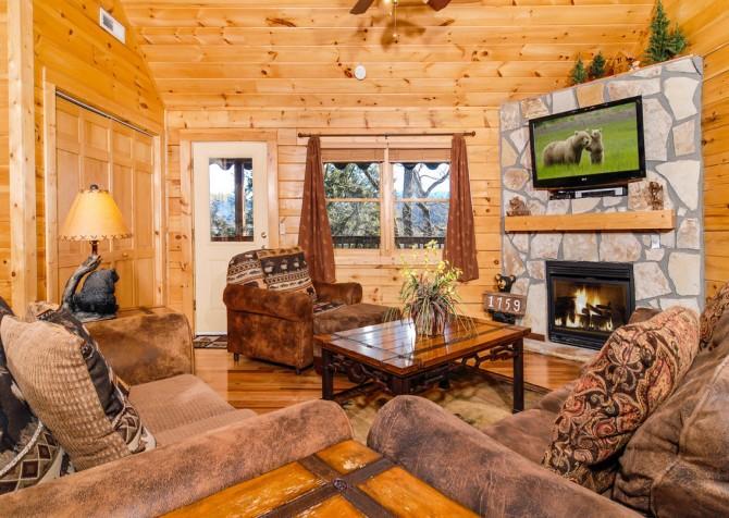 Gatlinburg Cabin - Bear Tracks - Living Room