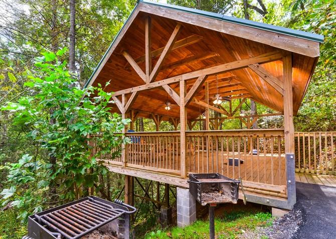 Gatlinburg cabin rentals bear tracks for Little bear cabin in gatlinburg tn