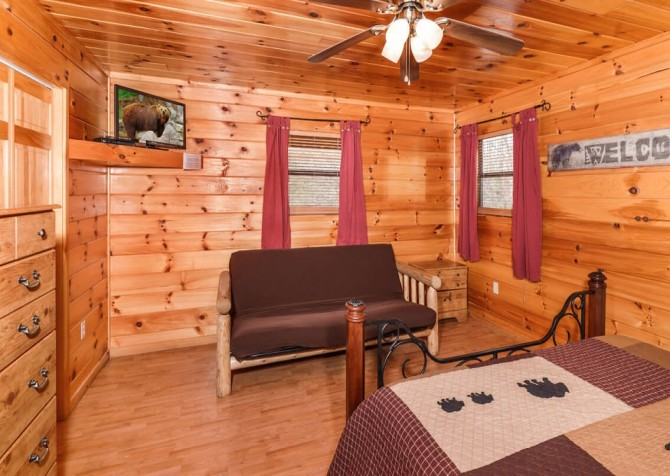 Gatlinburg Cabin - Bearfoot Landing - Bedroom with Couch