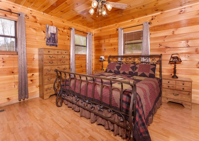 Gatlinburg Cabin - Bearfoot Landing - Bedroom