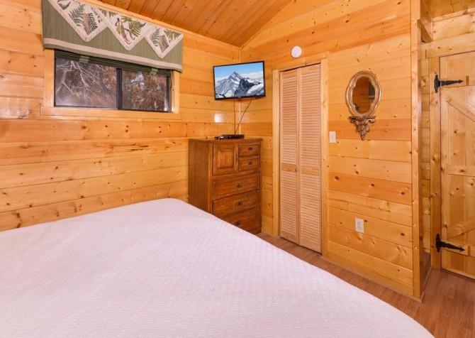Gatlinburg Cabin - Bearfoot Lodge - Bedroom