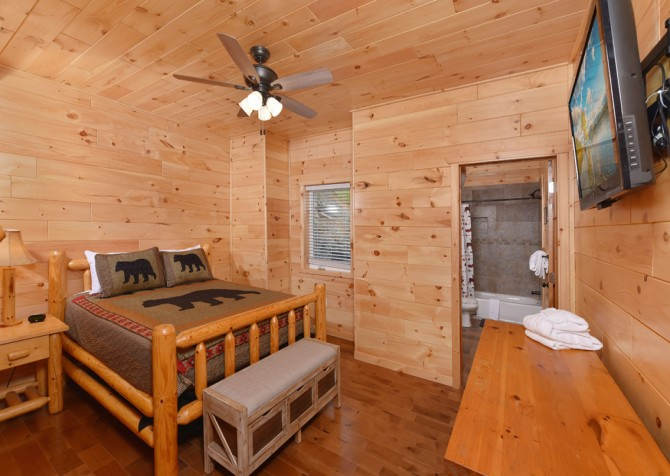 Gatlinburg Cabins - Beartastic Mountain View Lodge - Bedroom