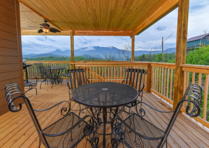 Gatlinburg Cabins - Beartastic Mountain View Lodge - Deck Dining