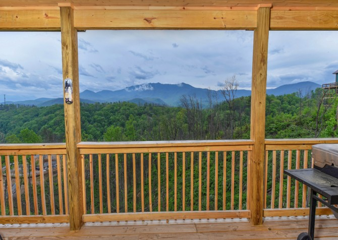 Gatlinburg Cabins - Beartastic Mountain View Lodge - Covered Deck/View