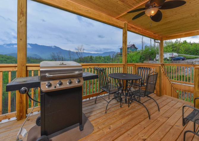 Gatlinburg Cabins - Beartastic Mountain View Lodge - Grill/Deck Dining