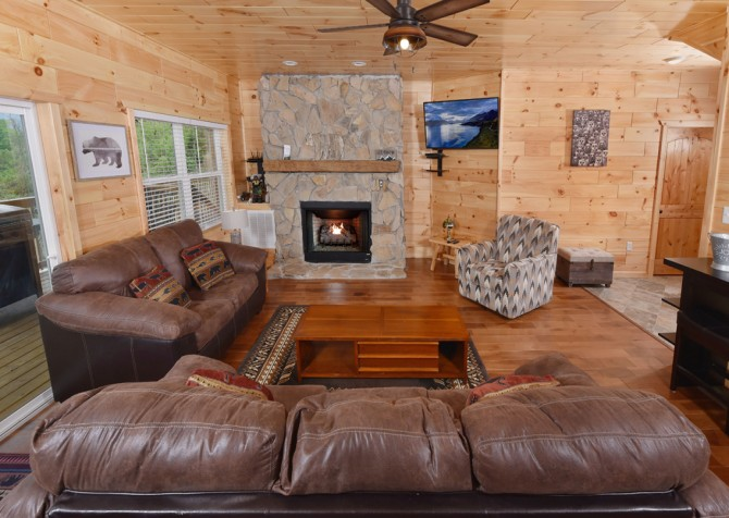 Gatlinburg Cabins - Beartastic Mountain View Lodge - Living Room