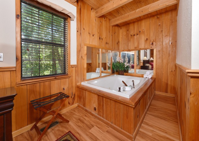 Gatlinburg Cabins - Bella Vista - Indoor Jetted Tub