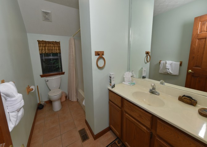 Gatlinburg - Bonnie and Clyde - Bathroom