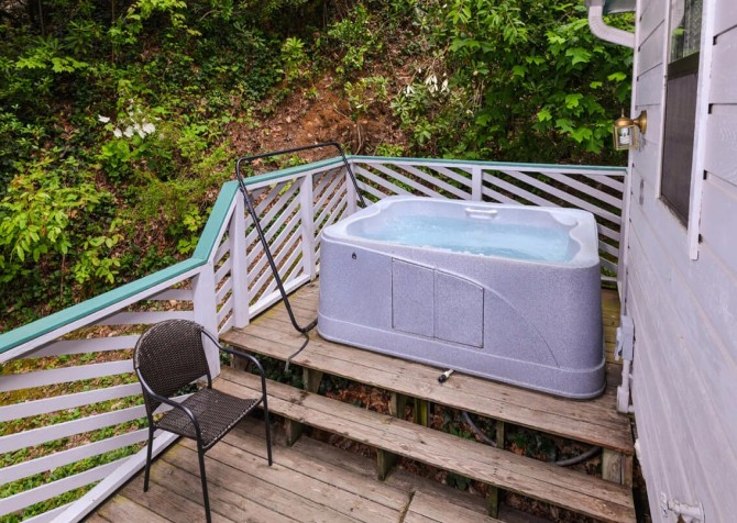 gatlinburg cabin - bonnie and clyde - hot tub