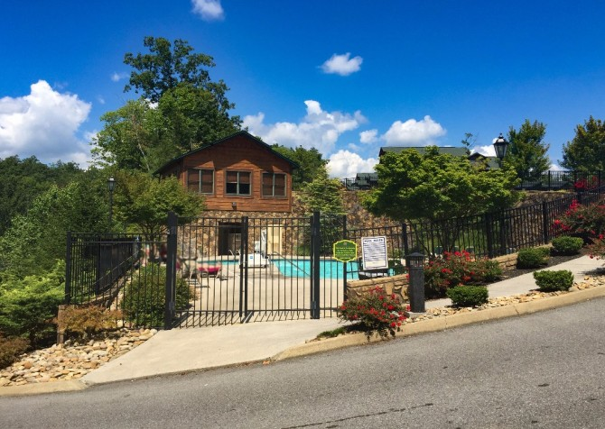 pigeon forge cabin – endless views and a theater – resort pool