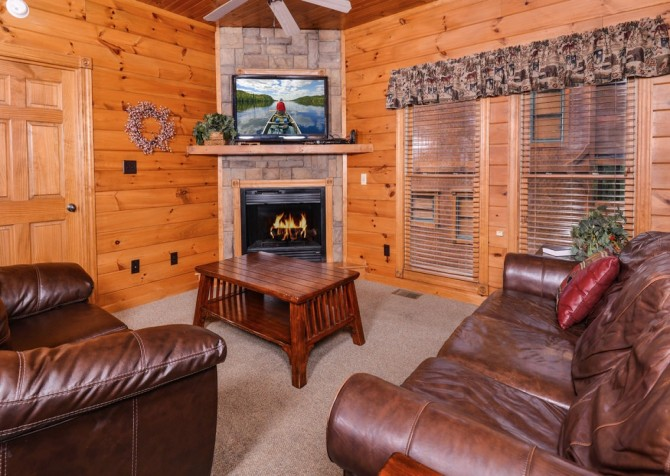 Gatlinburg- Mountain Getaway and a Theater- living room