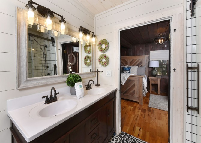 gatlinburg cabin – on the river – bathroom