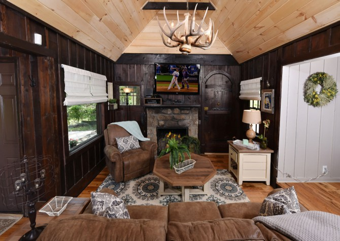 gatlinburg cabin – on the river – living room