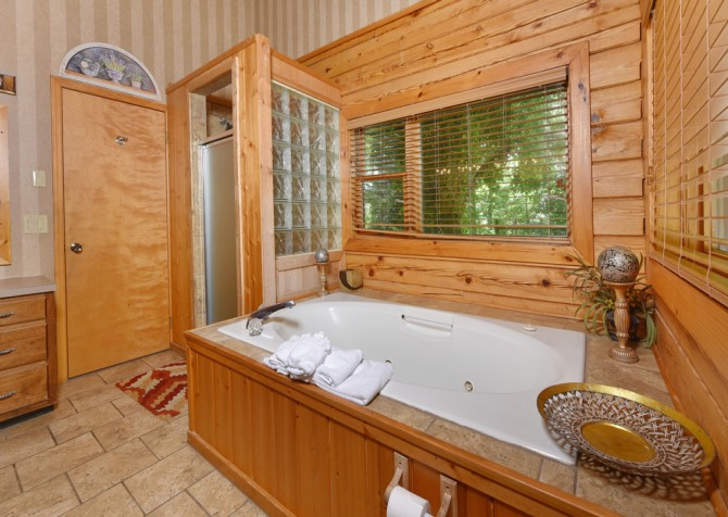 Gatlinburg Cabins - Pop-A-Bear - Indoor Jetted Tub