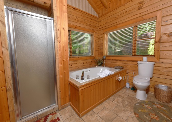 Gatlinburg Cabins - Pop-A-Bear - Bathroom/Indoor Jetted Tub
