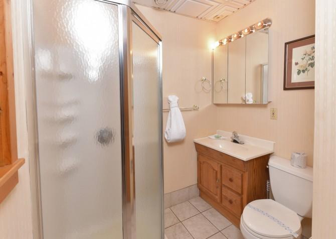 Gatlinburg Cabins - Pop-A-Bear - Bathroom