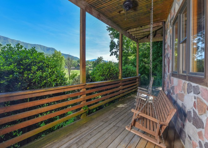 Gatlinburg Cabins - Pop-A-Bear - Covered Deck/Porch Swing