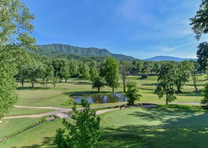Gatlinburg Cabins - Pop-A-Bear - Golf Course/View